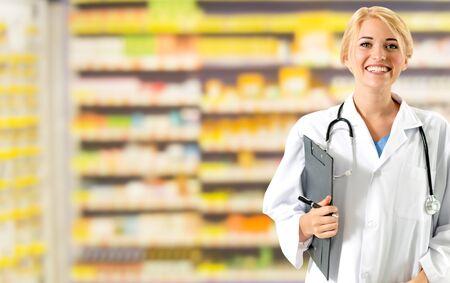 Mujer farmacéutica que trabaja en la farmacia. Servicio médico asistencial y personal médico.