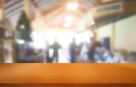 Tavolo in legno sullo sfondo sfocato della moderna sala ristorante o caffetteria con copia spazio vuoto sul tavolo per il modello di visualizzazione del prodotto. Concetto di design del bancone del ristorante interno. Archivio Fotografico