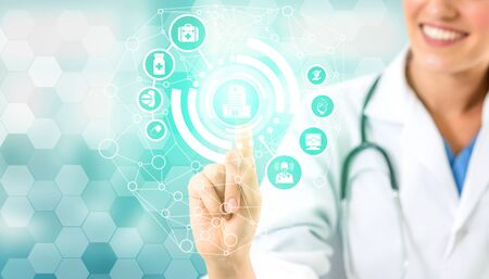 Medical Healthcare Concept - Doctor in hospital with digital medical icons graphic banner showing symbol of medicine, medical care people, emergency service network, doctor data of patient health. 写真素材 - 129843642