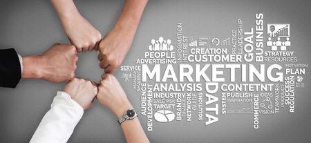 Digitale marketingtechnologieoplossing voor online bedrijfsconcept - grafische interface met analytisch diagram van online marktpromotiestrategie op digitaal advertentieplatform via sociale media.