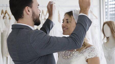 Glückliche Braut und Bräutigam im Hochzeitskleid bereiten sich auf die Hochzeitszeremonie vor. Romantische Liebe von Mann- und Frauenpaaren.
