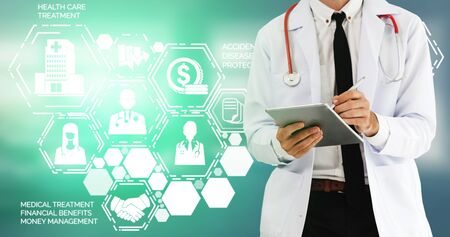Medical Healthcare Concept - Doctor in hospital with digital medical icons graphic banner showing symbol of medicine, medical care people, emergency service network, doctor data of patient health. 写真素材 - 129778369