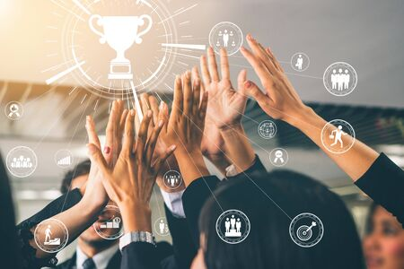 Realizzazione e concetto di successo dell'obiettivo aziendale - uomini d'affari creativi con interfaccia grafica a icone che mostra la ricompensa dei dipendenti che dà per il successo aziendale.