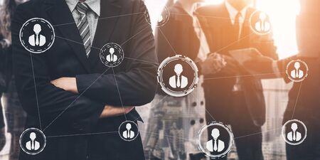 Trabajo en equipo y recursos humanos comerciales: grupo de personas de negocios que trabajan juntas como fuerza y unidad para la organización. Concepto de asociación, acuerdo y trabajo en equipo.