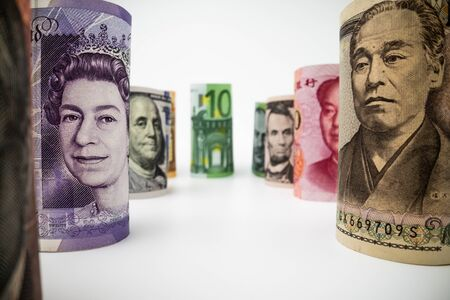 Le riprese macro di denaro in valuta internazionale includono dollaro americano, valuta euro, sterlina britannica, dollaro australiano, yuan cinese e yen giapponese. Cambio valuta estera e concetto Forex. Archivio Fotografico