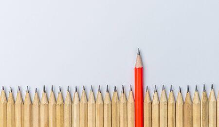 Un crayon différent des autres montrant un concept d'entreprise unique, différent de la foule et spécial avec des compétences en leadership.