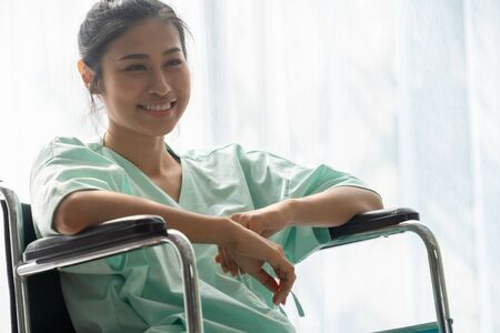 Happy patient smile while sitting on wheelchair after recovery from injury at the hospital ward. Medical healthcare and good patient service concept. Foto de archivo - 132021699