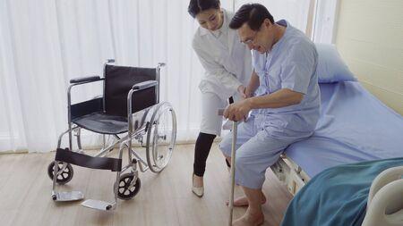 Arzt oder Arzt kümmern sich um kranke Patienten im Krankenhaus oder in der medizinischen Klinik. Der glückliche Patient besucht den Arzt und bespricht die Behandlung der Krankheit. Medizinisches Gesundheitswesen und Arztservice-Konzept. Standard-Bild