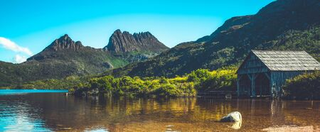 Beautiful scene of Cradle mountain peak from Dove lake in Cradle Mountain National Park, Tasmania, Australia. Foto de archivo
