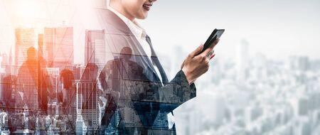 Immagine a doppia esposizione del concetto di tecnologia di rete di comunicazione aziendale - uomini d'affari che utilizzano smartphone o dispositivo di telefonia mobile su sfondo moderno paesaggio urbano.