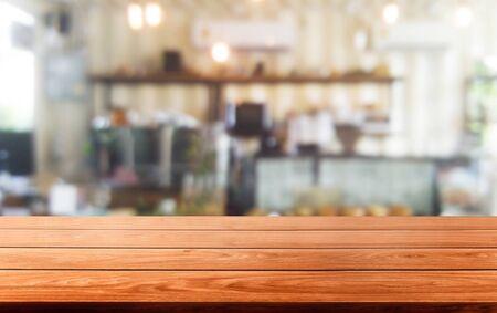 Stół z drewna w rozmytym tle nowoczesnej sali restauracyjnej lub kawiarni z pustą kopią miejsca na stole dla makiety wyświetlania produktu. Koncepcja projektu wnętrza restauracji licznika.