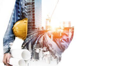 Concepto de proyecto de ingeniería de construcción de edificios futuros con diseño gráfico de doble exposición. Ingeniero de construcción, arquitecto o trabajador de la construcción que trabaja con tecnología moderna de equipamiento civil.