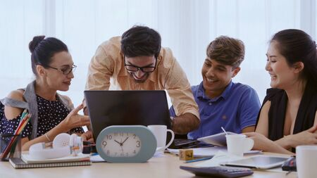 Groepsbijeenkomst van creatieve zakenmensen, ontwerper en kunstenaar aan het bureau. Gelukkig werkplek en samenwerking teamwork concept. Stockfoto