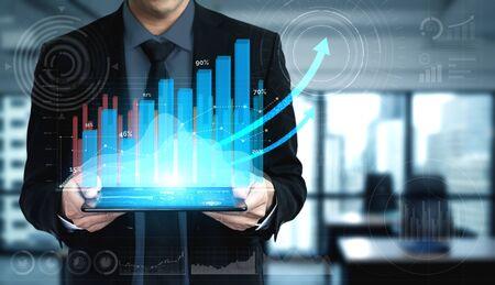 Doppelbelichtungsbild von Geschäft und Finanzen - Geschäftsmann mit Berichtsdiagramm bis zum finanziellen Gewinnwachstum von Börseninvestitionen. Standard-Bild