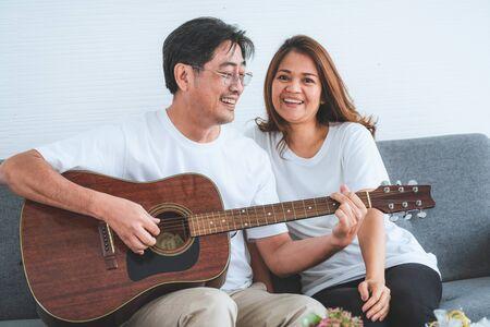 Glückliches asiatisches älteres Paar, das gute Zeit zu Hause hat. Alte Menschen Rente und gesunde Bürger älteres Konzept.