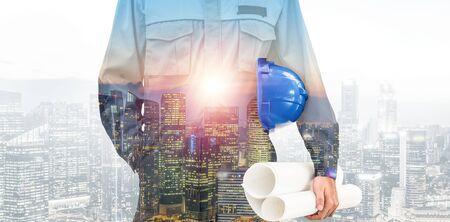Zukünftiges Hochbau-Projektkonzept mit Doppelbelichtungsgrafikdesign. Bauingenieur, Architekten oder Bauarbeiter, die mit moderner Bautechnik arbeiten.