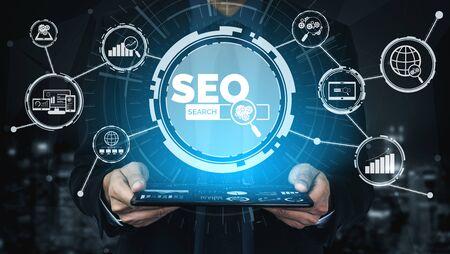 SEO - Suchmaschinenoptimierung für Online-Marketing-Konzept. Moderne grafische Benutzeroberfläche, die das Symbol der Website-Werbung für die Keyword-Recherche zeigt, indem die Kundensuche optimiert und die Marktstrategie analysiert wird.