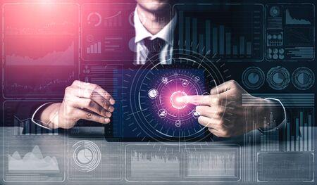 Big Data Technology pour Business Finance Concept analytique. L'interface graphique moderne affiche des informations massives sur le rapport de vente d'entreprise, le graphique des bénéfices et l'analyse des tendances boursières sur le moniteur à l'écran.