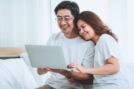 自宅で楽しい時間を過ごしている幸せなアジアのシニアカップル。老人退職と健康な市民高齢者の概念。