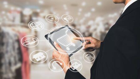 Tecnología omnicanal de comercio minorista en línea. El marketing multicanal en la plataforma de redes sociales ofrece servicio de canal de pago por Internet, compras minoristas en línea y aplicación omni digital.