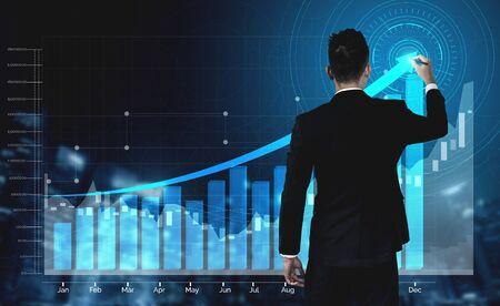 Imagen de doble exposición de negocios y finanzas: hombre de negocios con gráfico de informe hacia el crecimiento de las ganancias financieras de la inversión en el mercado de valores. Foto de archivo