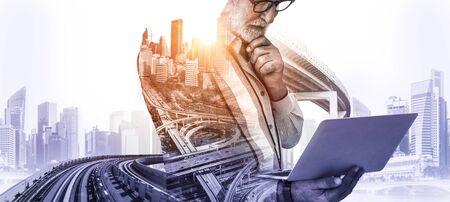 Zukünftiges Hochbau-Projektkonzept mit Doppelbelichtungsgrafikdesign. Bauingenieur, Architekten oder Bauarbeiter, die mit moderner Bautechnik arbeiten. Standard-Bild