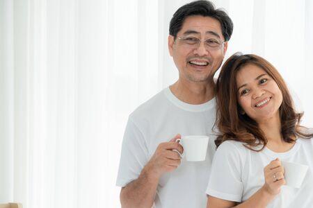 Heureux couple de personnes âgées asiatiques s'amusant à la maison. Retraite des personnes âgées et concept de personnes âgées en bonne santé.