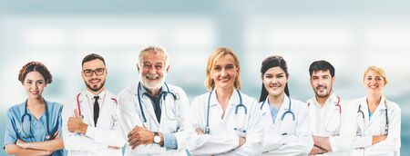 Professionnels de la santé avec d'autres médecins, infirmières et chirurgiens. Banque d'images