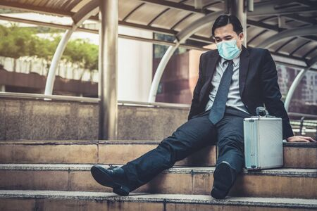 Infeliz hombre de negocios triste con máscara facial para protegerse del Coronavirus o Covid-19. Concepto de problema de desempleo causado por Coronavirus Covid-19.