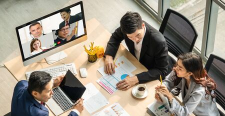 Les gens d'affaires du groupe d'appels vidéo se réunissent sur un lieu de travail virtuel ou un bureau distant. Conférence téléphonique de télétravail utilisant la technologie vidéo intelligente pour communiquer avec un collègue dans une entreprise professionnelle.
