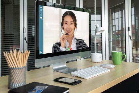 Des hommes d'affaires par appel vidéo se réunissent sur un lieu de travail virtuel ou un bureau distant. Conférence téléphonique de télétravail utilisant la technologie vidéo intelligente pour communiquer avec un collègue dans une entreprise professionnelle.