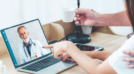 Doctor telemedicine service online video for virtual patient health medical chat . Remote doctor healthcare consultant from home using online mobile device connect to internet for live video call . Imagens