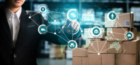 Smart warehouse management system with innovative internet of things technology to identify package picking and delivery . Future concept of supply chain and logistic network business . 免版税图像