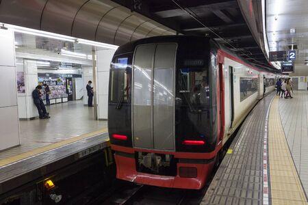 treno espresso: Nagoya, Giappone - Aprile 1,2015: La Serie Limitata Treno espresso Meitetsu 2200 alla stazione di Nagoya.