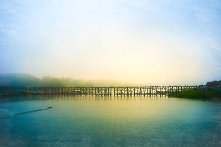 seguir adelante: Peque�o barco era seguir adelante con el viejo puente de madera