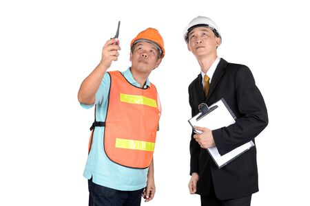 supervisores: Ingeniero y supervisores est�n comprobando la construcci�n. Foto de archivo