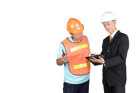 supervisores: Ingeniero y supervisores est�n comprobando la construcci�n. en el fondo blanco Foto de archivo