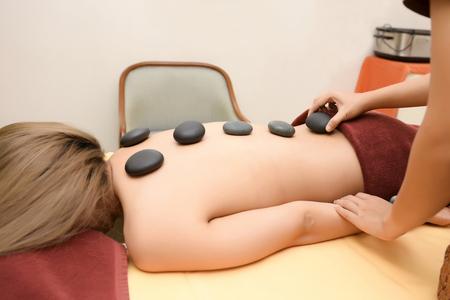 Las mujeres prestan atención a la salud y la belleza. El spa masaje facial y corporal.