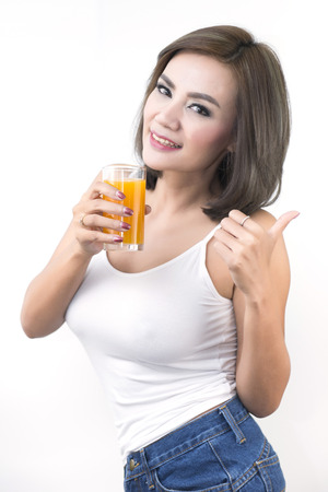 poner atencion: Beautiful women who pay attention to health by drinking the juice.