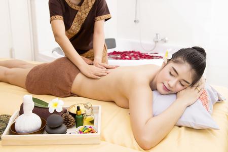 poner atencion: Las mujeres prestan atención a la salud y la belleza. El spa masaje facial y corporal.