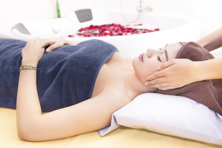 poner atencion: Women pay attention to health and beauty. The spa facial and body massage.
