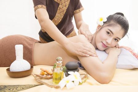 prestar atencion: Las mujeres prestan atención a la salud y la belleza. El spa masaje facial y corporal.