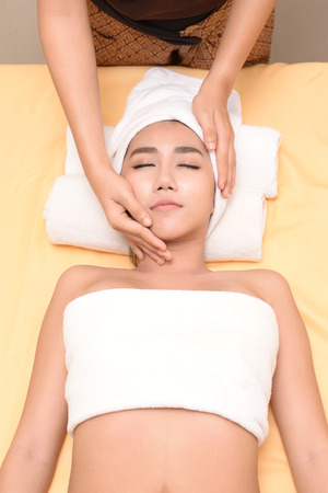 poner atencion: The spa facial and body massage. Women pay attention to health and beauty. Foto de archivo