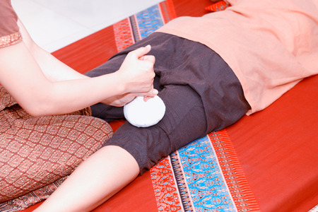 prestar atencion: Thai massage. Women pay attention to relaxation and health.