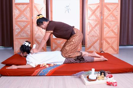 poner atencion: Masaje tailandés. Las mujeres prestan atención a la relajación y la salud.