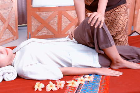 poner atencion: Thai massage. Women pay attention to relaxation and health.