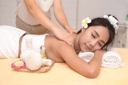 El spa masaje facial y corporal. Las mujeres prestan atención a la salud y la belleza.