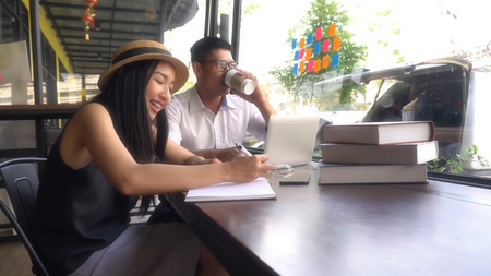 Young adults Make an appointment and work in the coffee shop.