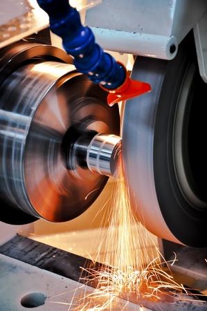 cylindrical: Questa foto di industria meccanica, si chiama rettifica cilindrica. Archivio Fotografico