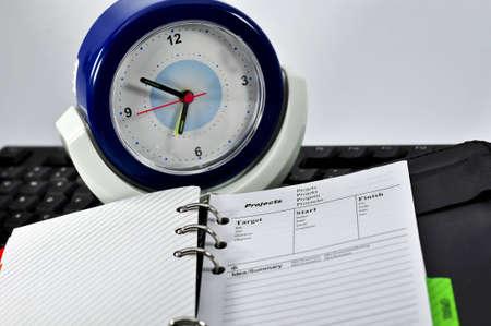摘要: 項目筆記本,鍵盤和時鐘黑色背景